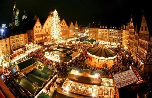 Không khí Giáng sinh lan tỏa khắp các gian hàng trong phiên chợ với sắc màu đặc trưng của mùa lễ hội.