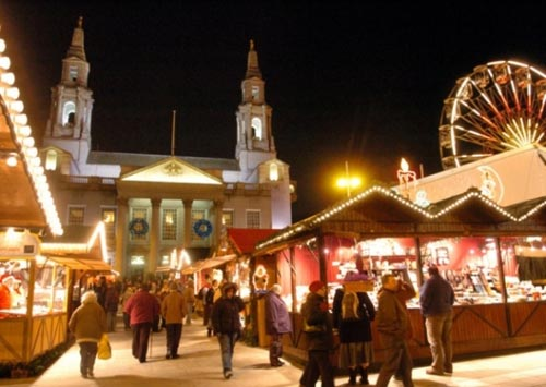 """Nằm khiêm tốn tại quảng trường Millenium, """"German market"""" Leeds đẹp lung linh bởi hàng trăm bóng đèn đủ loại từ các gian hàng san sát nhau."""