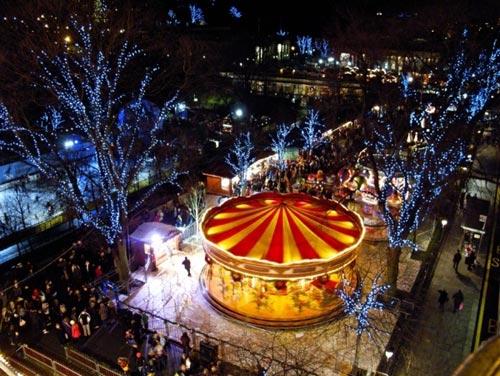 Các khu chợ Giáng sinh của Edinburgh đã thu hút hàng nghìn người mỗi năm.