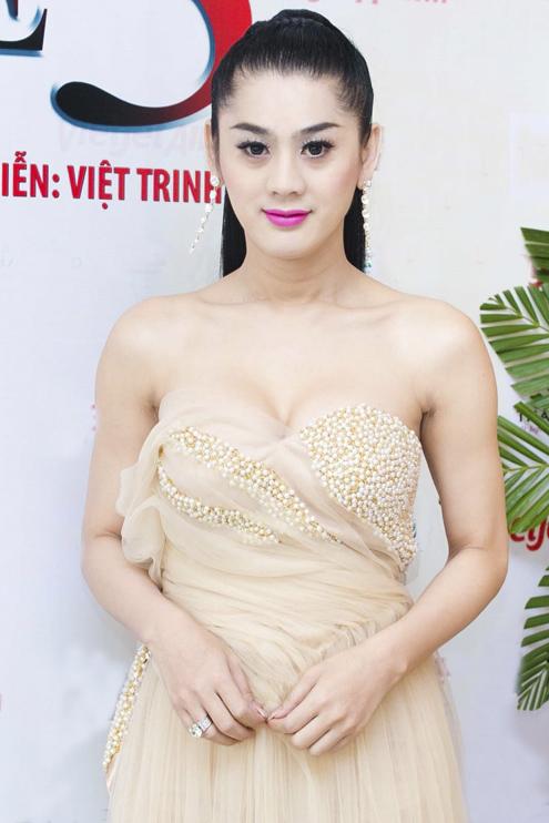 Nữ ca sĩ Lâm Chi Khanh cũng góp mặt trong bộ phim với một vai diễn khá giống với chị ngoài đời. Đó là một chàng trai thiếu tự tin có vấn đềvề giới tính và bị mọi người hắc hủi. Sau 10 năm, anh chàng quyết định chuyển đổi giới tính và sau đó nhanh chóng đạt được thành công trong cuộc sống.