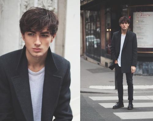 Nếu bạn theo phong cách minimalism, áo thun trắng trơn + trench coat dáng dài hẳn sẽ làm hài lòng bạn. Đôi giày Dr. Martens cổ thấp + tất đen cũng được kết hợp hợp lí cùng quần skinny đen xắn gấu.