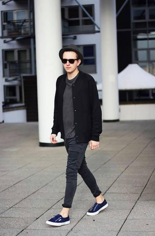 Anh chàng này chọn cho mình cách phối đồ thật đơn giản mà vẫn rất trendy; với jeans xắn gấu, áo khoác, áo thun và mũ cùng tone màu, đôi giày màu xanh đã tạo lên điểm nhấn cực cool cho set đồ.