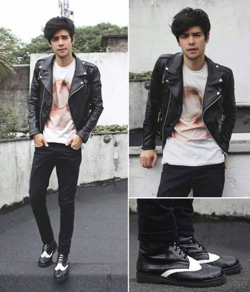 Vẫn quần đen và áo thun hoạ tiết như trên, nhưng thay vào đó là áo biker jacket da và giày brogue sẽ làm bạn trông như một chàng badboy siêu phủi bụi.