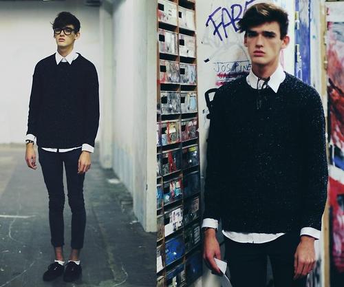 Kết hợp một chiếc sơmi trắng bên trong sweater đen cùng quần skinny xắn gấu cũng là một lựa chọn tuyệt vời cho các chàng trai