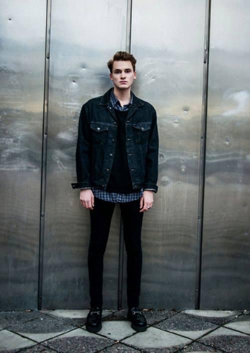 Denim jacket đen bạc màu cùng sweater len màu đen, và để làm nổi bật set đồ thì bạn hoàn toàn có thể mặc bên trong một chiếc áo sơ mi kẻ sọc. Vừa dễ phối đồ, lại còn rất trendy.