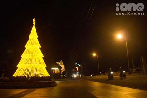 Một cây thông nhân tạo tỏa ánh sáng vàng ở cổng ra vào Crowne Plaza Danang, đường Trường Sa.