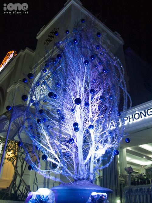 Cây khô được phun sơn trắng, trang trí quả châu kết hợp chiếu sáng ở một nhà hàng trên đường 2/9.
