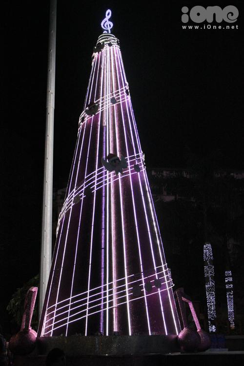 Cây thông ở khúc đường Lê Thánh Tông (Vincom B) chủ yếu được dựng nên nhờ dây đèn, thế nên chỉ có vào buổi tối thì cây thông mới sáng rực lên thôi.
