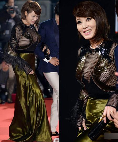Kim Hye Soo khoe vòng một đồ sộ trong chiếc váy lưới được thiết kế khá kỳ quặc trên thảm đỏ Rồng Xanh.