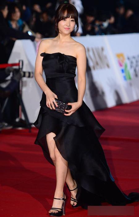 Nữ diễn viên trẻ Park Bo Young giành được nhiều lời khen cho chiếc váy đen xếp lớp đuôi có một bông hoa đính trên ngực làm điểm nhấn.