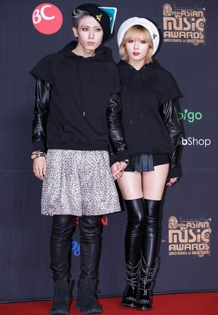 Cặp sao Trouble Maker bị chê vì thời trang phá cách trên thảm đỏ MAMA vừa qua, đặc biệt là thành viên Hyun Seung với kiểu kết hợp váy với quần da bó. Trang phục chủ yếu là màu đen càng làm nổi bật khuôn mặt trang điểm trắng bệch, nhợt nhạt của Trouble Maker.