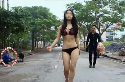 Nhiều cô gái không ngại cởi đồ mặc người xung quanh dòm ngó.