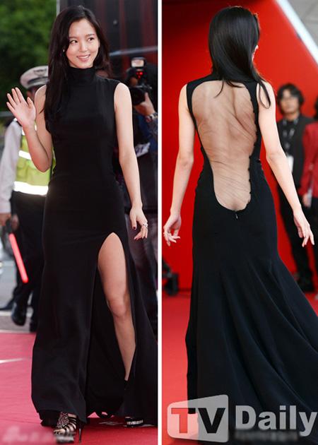 Nhìn phía trước, Kang Ha Na vừa duyên dáng vừa gợi cảm trong chiếc váy đen xẻ đùi. Nhưng khi nhìn phía sau, nữ diễn viên lại gây choáng khi lộ cả mảng lưng và một phần vòng ba sau lớp voan mỏng như không có.