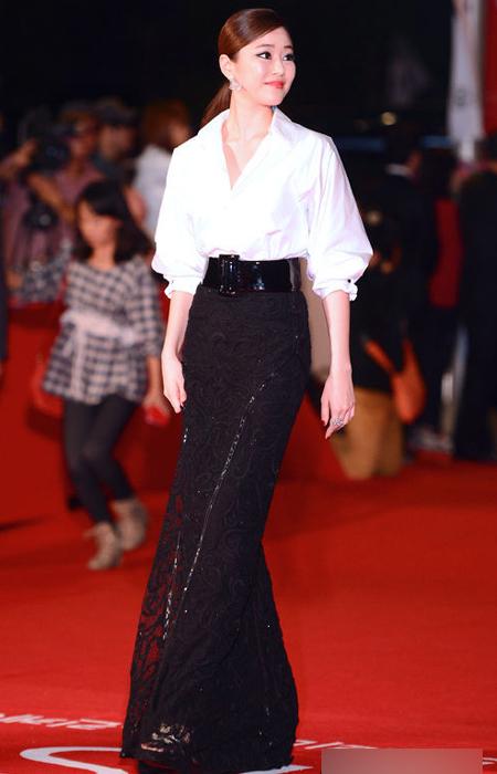 Nữ diễn viên Kim Hyo Jin kết hợp áo sơ mi với váy dài vừa thanh lịch vừa thời trang, mang đến nét mới mẻ, độc đáo cho thảm đỏ xứ Hàn năm nay.