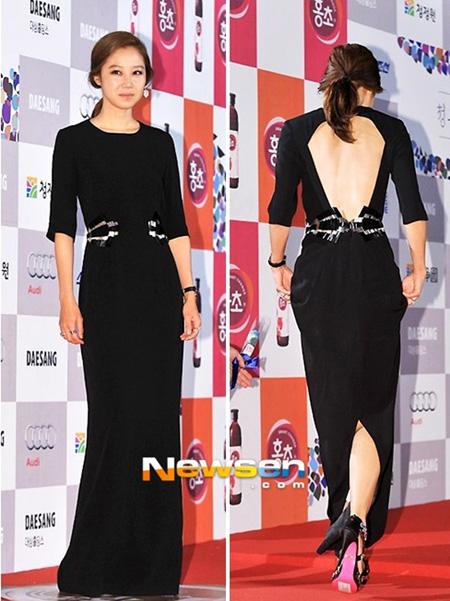 Gong Hyo Jin mặc bộ váy đen liền thân thanh lịch trên thảm đỏ Rồng Xanh. Thiết kế cổ tròn, tay lỡ và vải trơn tuy đơn giản nhưng lại được nhấn nhá hài hòa ở phần eo, phần lưng khoét rộng cũng giúp chiếc váy tạo nét quyến rũ bất ngờ.
