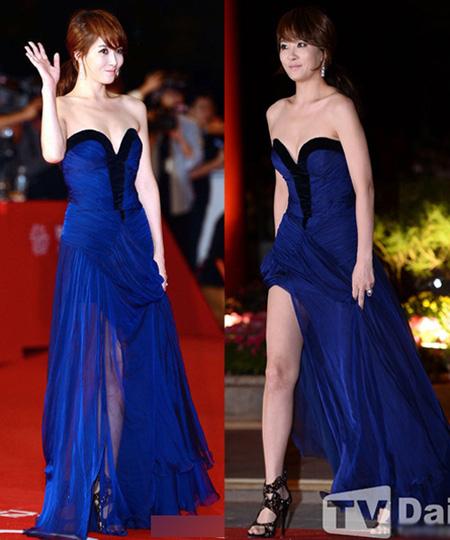 Kim Sun Ah nổi bật trong chiếc váy cúp ngực màu xanh cô ban. Tà váy thướt tha được nữ diễn viên vén lên để khoe khéo đôi chân mỗi khi sải bước.