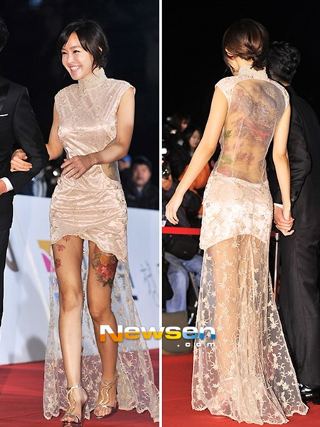 Nữ diễn viên Kim Sun Young diện chiếc váy ngắn đuôi ren khoét chỗ nọ hở chỗ kia. Điều mất điểm nhất của Kim Sun Young là màn chơi trội khoe thân hình đầy hình xăm.