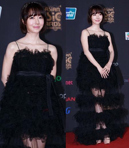 """Chiếc váy bồng được thiết kế lạ mắt với nhiều tầng kết hợp xen giữa là lớp voan mỏng lãng mạn của """"nữ hoàng techno"""" Lee Jung Huyn."""