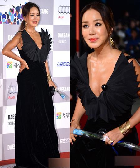 Uhm Jung Hwa muốn tạo khác biệt với thiết kế cánh quạt trên viền cổ váy, tuy nhiên nữ diễn viên không được đánh giá cao với trang phục này. Kiểu tóc không được chăm chút cũng khiến nữ diễn viên lộ vẻ già nua.