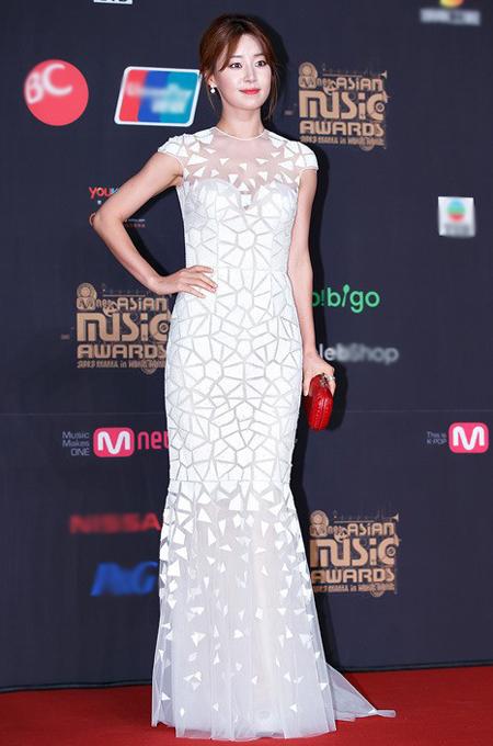 Han Ji Hye diện váy trắng tinh khôi được thiết kế những họa tiết khối xen kẽ đồng đều, phần ngực được phối voan giúp trang phục không đơn điệu mà gợi cảm hơn.