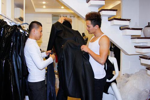 Trong đêm chung kết Vietnams Next Top Model 2013, các thí sinh và những người mẫu xuất thân từ Next Top Model sẽ trình diễn BST mới nhất của Quán quân Project Runway 2013 - NTK Hoàng Minh Hà, và Á Quân Project Runway 2013  NTK Châu Chấn Hưng.