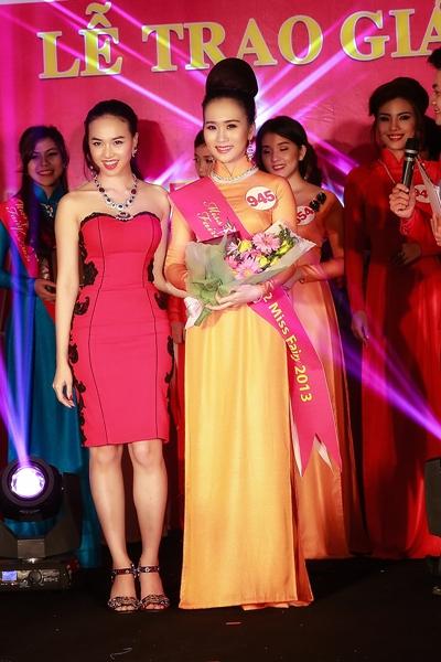 Ngọc Diệp trao giải cho thí sinh đạt giải Á khôi của cuộc thi.