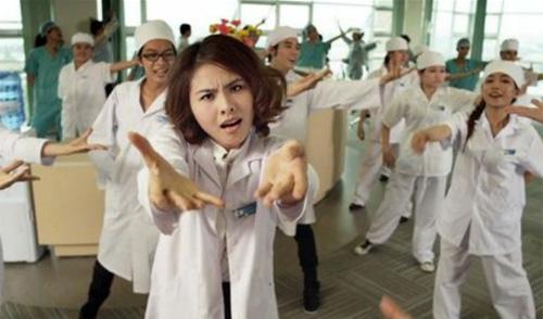 Một trong số đó là lần này bác sĩ Mai Châu không những biết gây mê mà còn biết hát hò và nhảy múa tưng bừng. Đây cũng chính là một điểm độc đáo mà khán giả sẽ rất ngạc nhiên khi gặp lại nữ bác sĩ quái dị.