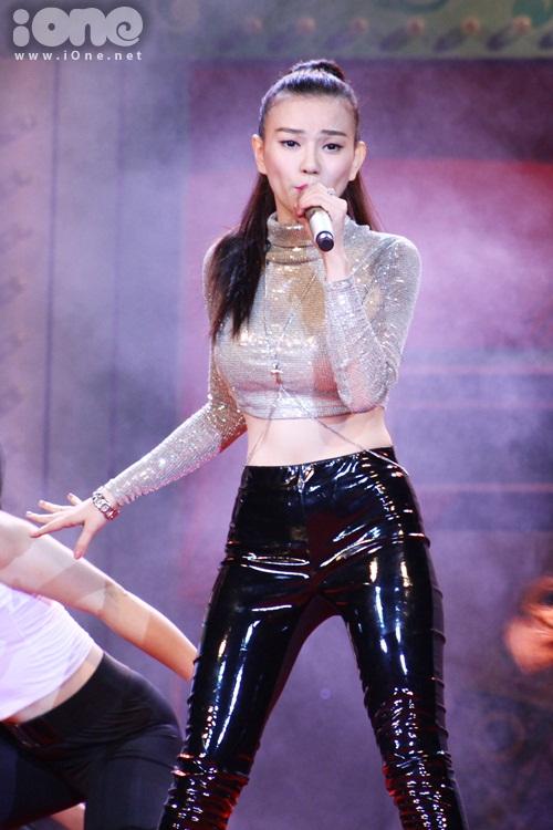Thu Thuỷ tiếp lửa thêm cho chương trình với những bản hit của mình được phối lại nhạc  dance.