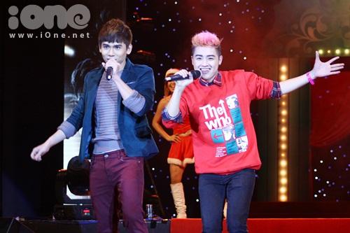 Đại Nhân và Thanh Duy tặng quà Giáng sinh sớm cho fan khi cùng nhau góp giọng trong ca khúc All I want for chirstmas is you.