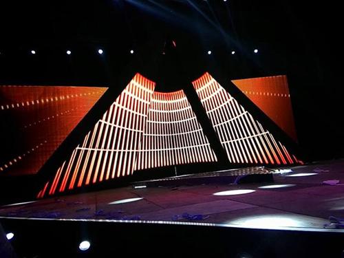 Trong đêm chung kết, 4 thí sinh xuất sắc nhất sẽ được sải bước dưới chân kim tự tháp bằng kính tại bảo tàng Louvre được tái hiện trên sân khấu, mang vẻ đẹp giao thoa giữa cổ điển và hiện đại.
