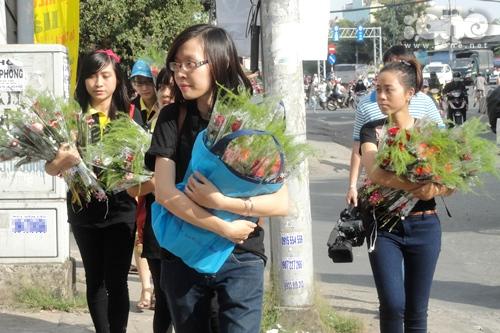 Câu lạc bộ Bản lĩnh sống Sư tử trẻ của 'thầy giáo hot boy' Nguyễn Hoàng Khắc Hiếu hôm qua đã có chuyến xuống phố để bất ngờ trao tặng hoa cho những người phụ nữ nghèo, những người dân mưu sinh cực khổ