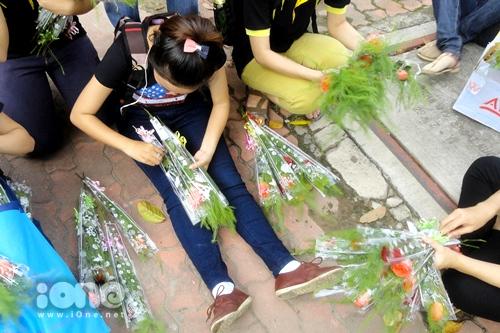 Nhóm bạn trẻ nghỉ giữa đường để buộc lại những nhánh hoa bị