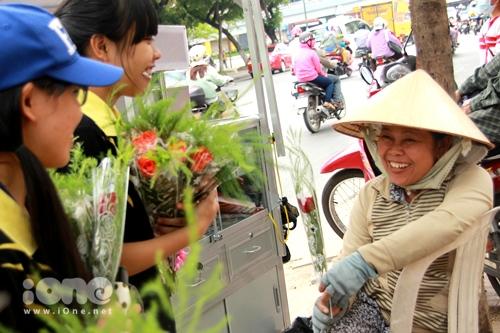 Hơn 800 bông hoa hồng đã được gửi tặng đến những người dân một cách ngẫu nhiên, ở bất cứ nơi nào nhóm bạn trẻ đi qua trong sự ngỡ ngàng của người được tặng.