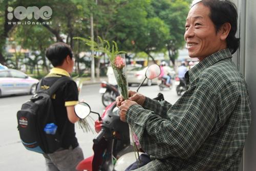 Một chú xe ôm sung sướng với niềm hạnh phúc bất ngờ khi được gửi tặng