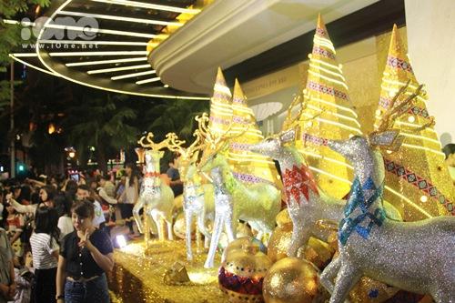 Các cảnh trí bày biện trước tòa nhà Vincom A, Đồng Khởi bị bao bọc bởi hàng trăm bạn trẻ thay phiên nhau pose hình.