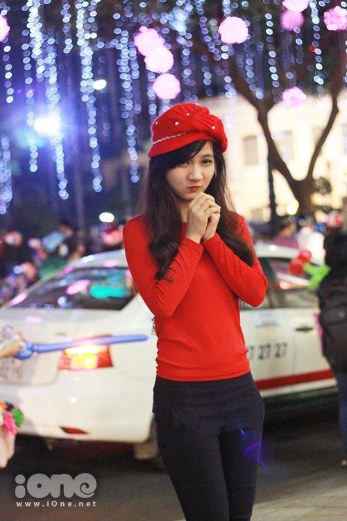 Một teen girl làm dáng với trang phục mũ len với dàn cây giăng mắc