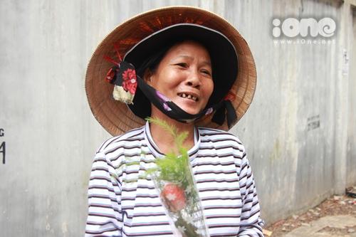 """Có những người phụ nữ muốn bật khóc khi chúng tôi trao tặng các cô ấy một bông hồng. Trong khu chợ có những cô bảo rằng: Cả đời chưa ai tặng tôi một bông hồng nào cả rồi cười vui như chưa bao giờ được vui và í ới chọc nhau """"hôm nay được tặng hoa hồng nha""""."""