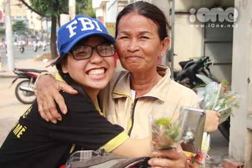 Bạn nữ sung sướng với niềm hạnh phúc nhỏ nhoi khi tặng hoa cho một cô bán hàng bên lề đường và được cô rưng rưng cảm ơn.
