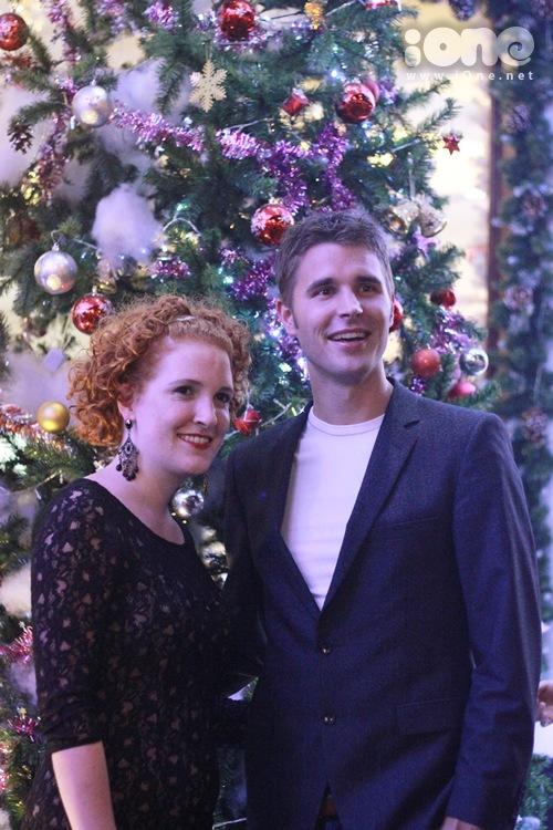 Một cặp tình nhân người Đức thích thú trước khung cảnh đón Noel sầm uất của giới trẻ Sài thành.