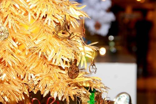 Cây thông bao gồm phần chính là lá và thân cây và phần trang trí bao gồm các hộp quà, những chú ngựa, bông tuyết và ngôi sao gắn trên đỉnh cây thông  đều được làm từ vàng 24K dát mỏng