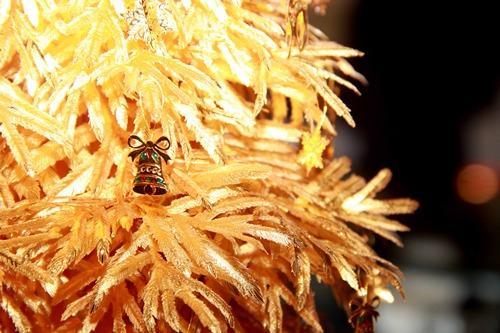 Để thêm phần lung linh, cây thông còn được sử dụng lớp tráng men enamel (tráng men thủy tinh)