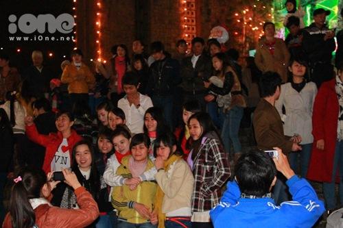 Hàng nghìn bạn trẻ đã cùng nhau xuống đường và hướng đến các nhà thờ để cầu nguyện những điều may mắn sẽ đến với mình trong đêm Noel.