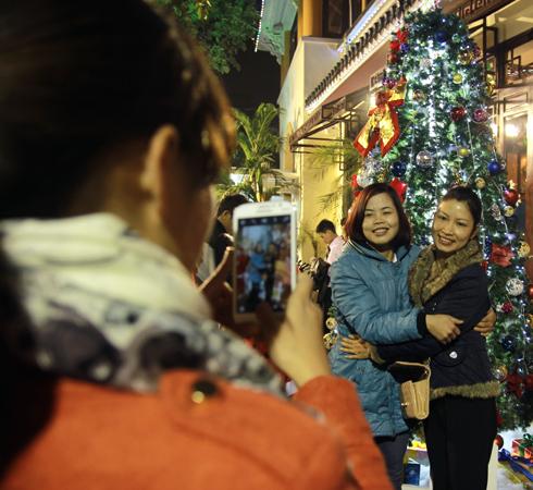 Nhóm bạn chụp ảnh kỷ niệm mừng một mùa Noel nữa lại về.