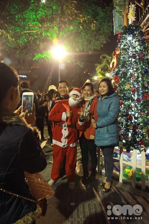 Nhiều thiếu nữ xúng xính pose hình với ông già Noel.