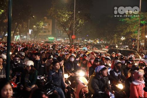 Đêm Giáng sinh 24/12, hàng vạn người dân và giới trẻ Hà thành đổ xô xuống đường để tận hưởng không khí Noel trong cái lại