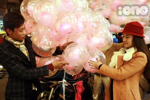 Không ít nhóm bạn trẻ rộ mốt kinh doanh bong bóng dành cho các cặp tình nhân trong đêm Noel.