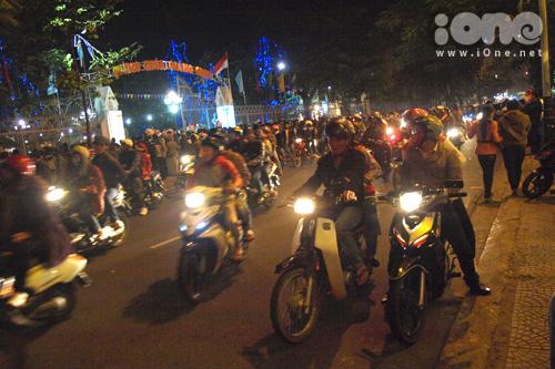 Nhà thờ Chính tòa Đà Nẵng, đường Trần Phú là nơi người dân, các bạn trẻ thích thú ngang qua để ngắm nhìn nhất! Ảnh: Dãy phố đối diện cổng nhà thờ Chính tòa ở đường Trần Phú ken đặc xe cộ.