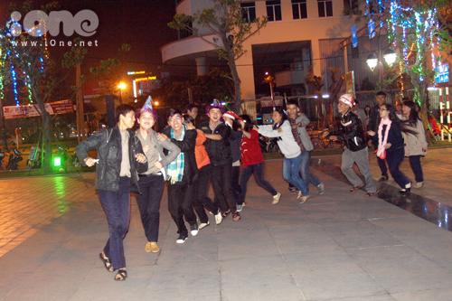 Một nhóm sinh viên Đà Nẵng chuẩn bị cho mình những chiếc mũ dạ hội, cùng nhau dạo bộ ngắm phố phường đêm Giáng sinh.