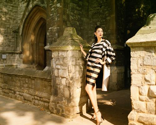 Chân dài diện những thiết kế mang hơi hướng retro nằm trong bộ sưu tập mới của nhà thiết kế Lê Xuân. sọc trắng, đen, be và xám trên nền vải satin, tafta cùng những đường cắt cá tính và sáng tạo, tạo điểm nhấn ở vai và hông vô cùng mới lạ đã khiến cho cô quán quân xinh đẹp trở nên vô cùng kiêu sa và lộng lẫy giữa đường phố London