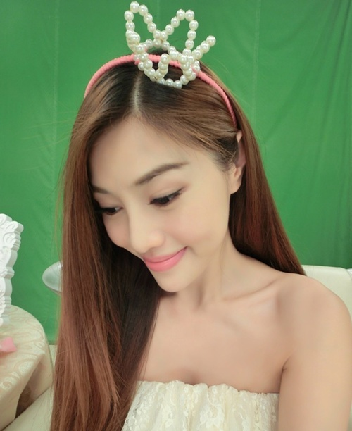 Bà mẹ này hiện là một diễn viên ở Đài Loan. Không nổi tiếng về mặt diễn xuất, nhưng cô đã gây sóng gió với ngoại hình tươi trẻ như những thiếu nữ 18, 20 tuổi.